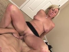Mature mother Payton Hall enjoys wet fucking