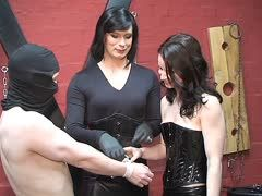 Tranny dominatrix gives bondage lessons