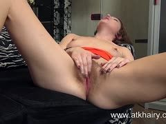 Amateur wanks her hairy beaver